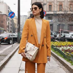 Turtleneck: Frau mit Turtleneck Shirt und HosenAnzug