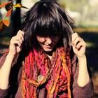 Zufriedenheit erkennen: Eine junge Frau genießt den Herbst