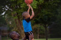 Papas in Aktion: Basketball