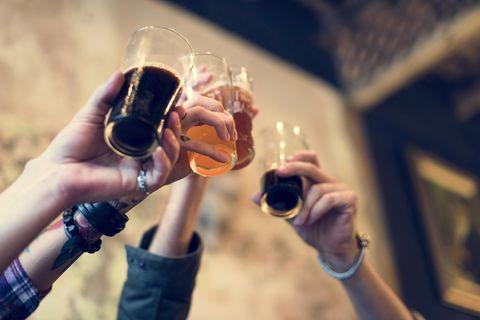 Face-2-Face-Dating: Vier Leute stoßen mit Soft-Drinks an