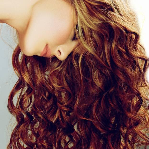 locken haltbar machen frau mit langen roten haaren und locken
