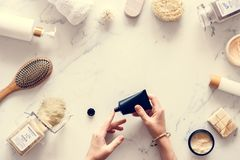 Beauty-Produkte strecken: Beauty-Produkte auf einem Tisch