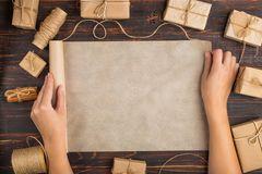 Geschenkpapier selber machen: Frau breitet Packpapier aus