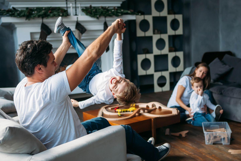 Überfürsorgliche Mütter: Warum wir den Väter eine Chance geben sollten: Vater spielt mit Kind