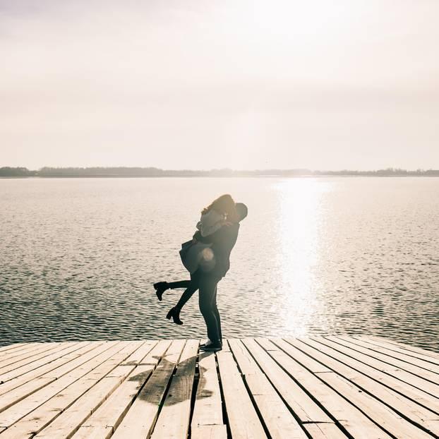 Traumfrau: Ein Pärchen auf einem Steg am See