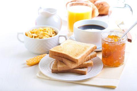 Lebensmittel, die schnell wieder hungrig machen: Frühstückstisch