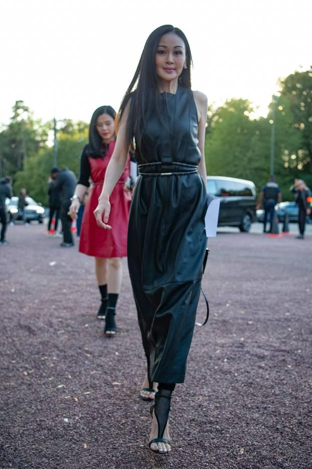 Kleid: Frau mit langem Lederkleid