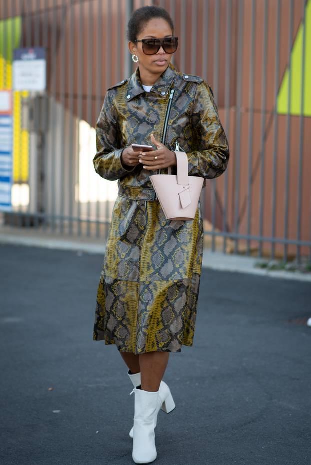 Kleid: Frau mit Lederkleid