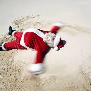 Urlaub über Weihnachten: Weihnachtsmann am Strand