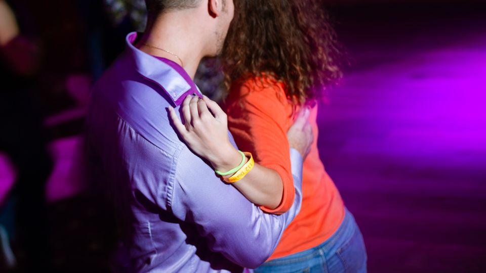 Die schlimmsten Anmachsprüche aller Zeiten: Mann quatscht Frau in der Disko von der Seite an