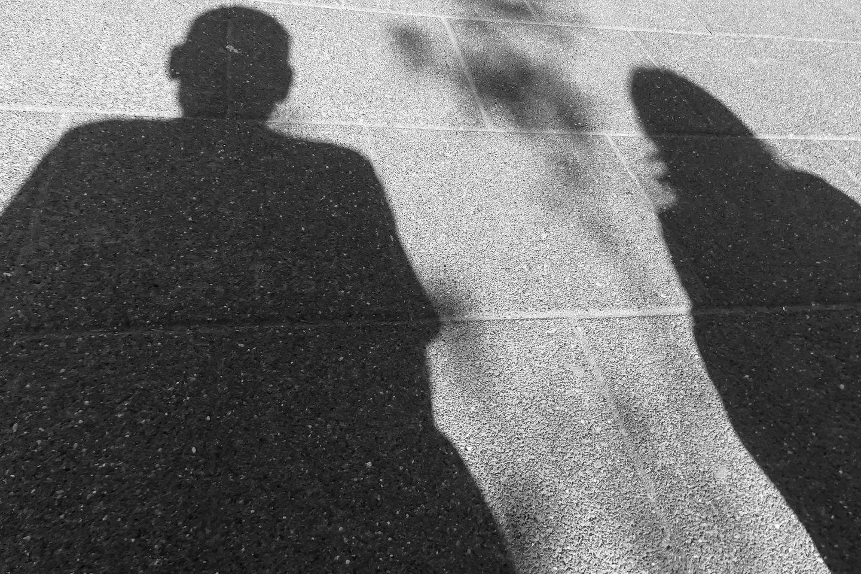 Schwarz Ehemann gibt Ehefrau Simon Schwarz