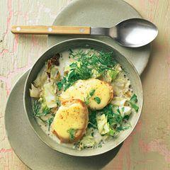 Spitzkohl-Zwiebel-Suppe mit Käsebrötchen