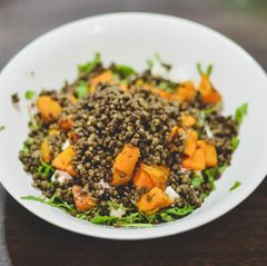 Fruchtiger Kürbis-Salat mit roten Linsen
