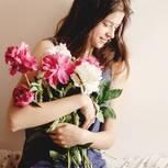 Sehnsucht nach Liebe: Eine junge Frau mit Blumen im Arm