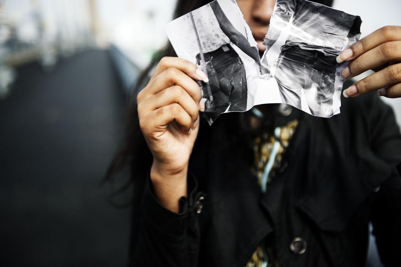 Entlieben: Frau zerreißt Foto von einem Mann