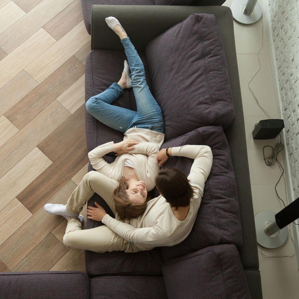 Pärchen-Übung: Paar auf dem Sofa