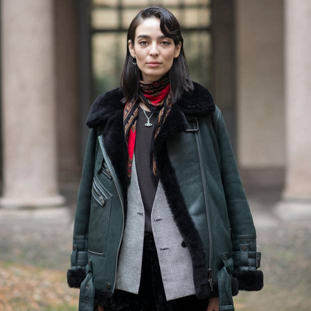 Pilotenjacke: Frau mit dunkelgrüner Pilotenjacke