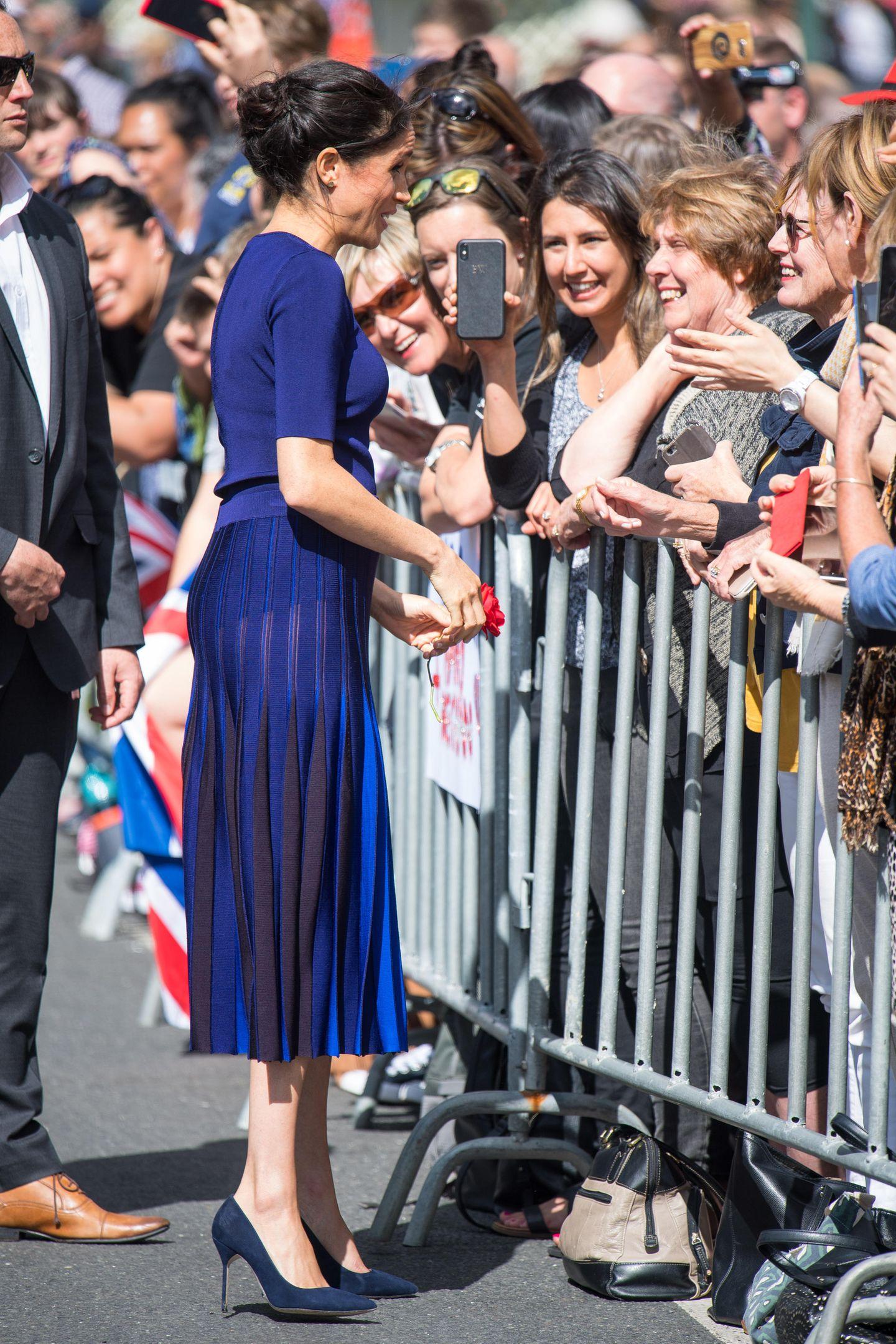 Meghan Markle trägt einen blauen Rock