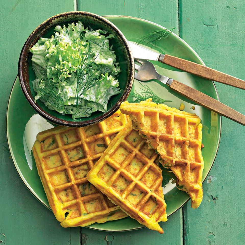Möhren-Käse-Waffeln mit Salat