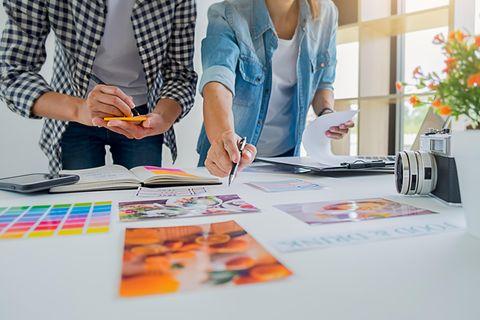 Brainstorming-Techniken: 2 Personen brainstormen am Tisch