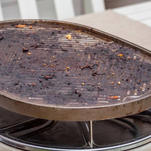 Raclette reinigen: Dreckiges Racletteeisen