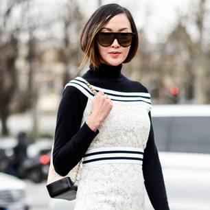 Rollkragen: Frau mit weißem Kleid und schwarzem Rollkragenpullover