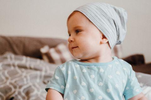 Mütze nähen: Baby mit Jersey-Mütze