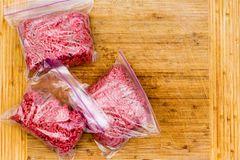 Hackfleisch einfrieren – was du beachten und was du vermeiden solltest: Hackfleisch in Gefrierbeuteln