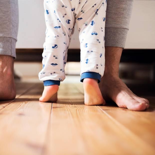 Baby zu laut: Vater läuft mit Kind durch Wohnung
