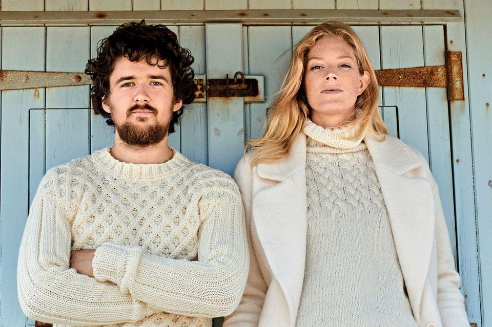 Zopfrolli stricken: Paar trägt Zopfrolli