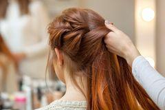 Die Lieblingsfrisur der Französinnen: Frau mit roten, geflochtenen Haaren