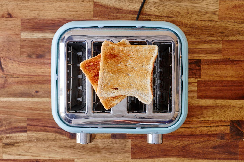 Toaster reinigen: Auf Toaster liegt Toastbrot