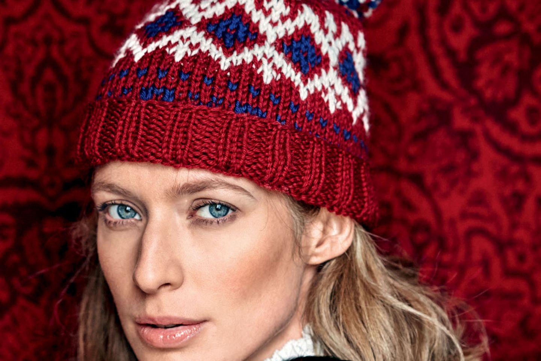 Norwegermütze stricken: Frau trägt Norwegermütze
