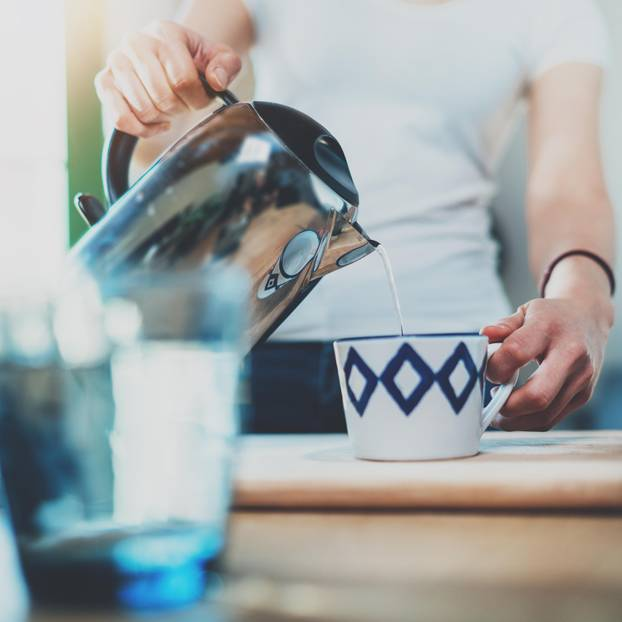 Mayr-Kur: Frau bereitet sich Tee zu