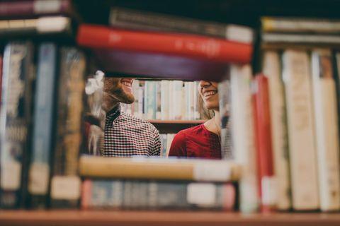 Welchen Typ ziehe ich an? Mann und Frau in der Bibliothek