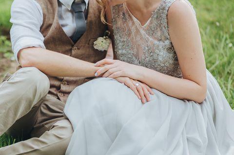 Untreue: Ein Paar hält sich an den Händen
