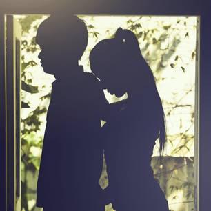 Affäre beenden: Dunkle Silhouette eines Mannes und einer Frau am Fenster