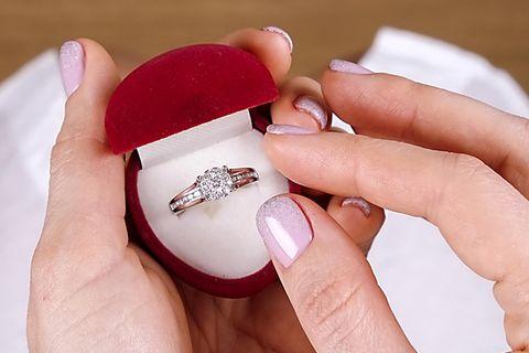 Verlobungsring: Frau hält einen Ring in der Hand