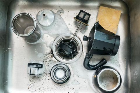 Kaffeekanne reinigen: Kaffeekanne zerteilt in der Spüle