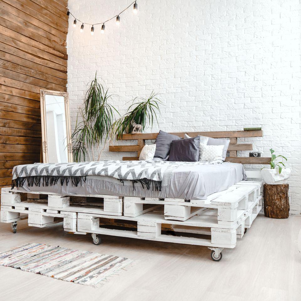 Bett selber bauen: Bett aus Paletten
