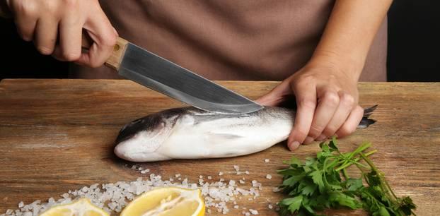 Fisch filetieren: Fisch auf Holzbrett