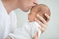 Babys küssen ist gefährlich