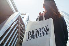 Black Friday 2018: Frau mit Einkaufstüte und Black-Friday-Aufdruck