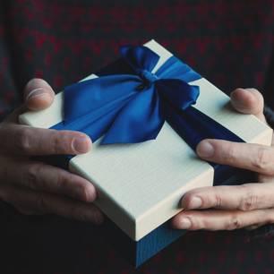 Weihnachtsgeschenk für Opa: Mann hält Geschenk