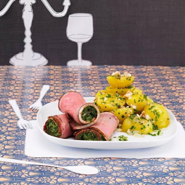 Roastbeef-Röllchen mit Kräuterfüllung auf warmem Kartoffelsalat