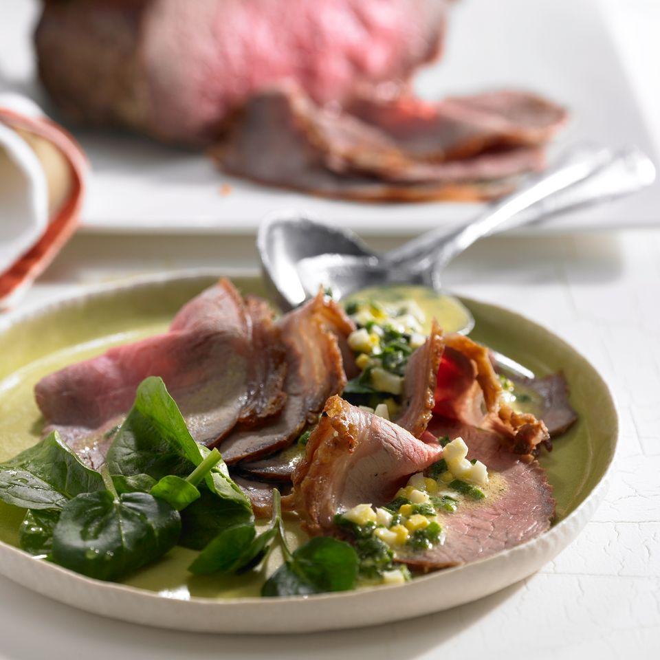 Roastbeef mit Schnittlauchsoße und Spinatsalat