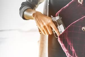 Killer: Frau zieht Waffe aus Handtasche