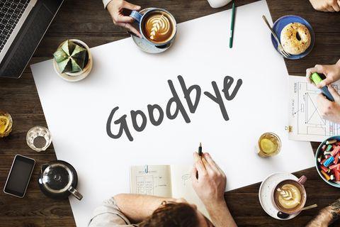 """Abschied: Kollegin gebührend verabschieden - Poster in der Mitte eines Tisches mit der Aufschrift """"Goodbye"""""""