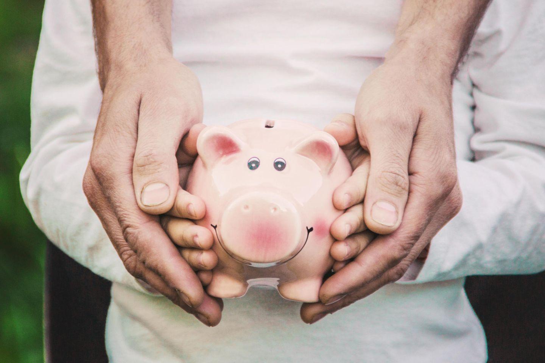 Sparen für Kinder: Mutter und Kind mit Sparschwein