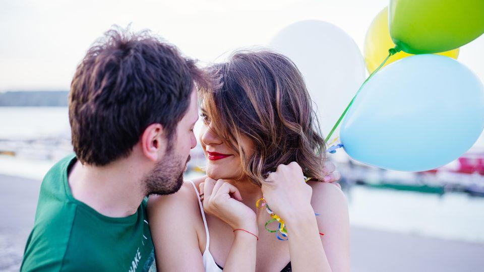 Die wichtigste Vokabel in 5 Sprachen der Liebe: Verliebtes Pärchen mit Ballon
